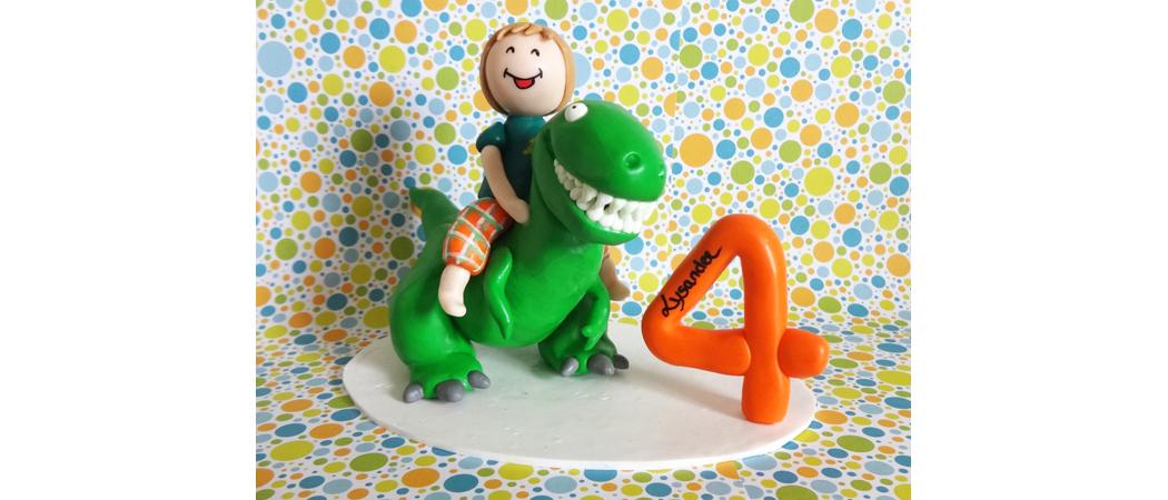 Cake topper Anniversaire – Lysandre dompteur de Tyrannosaure-Rex